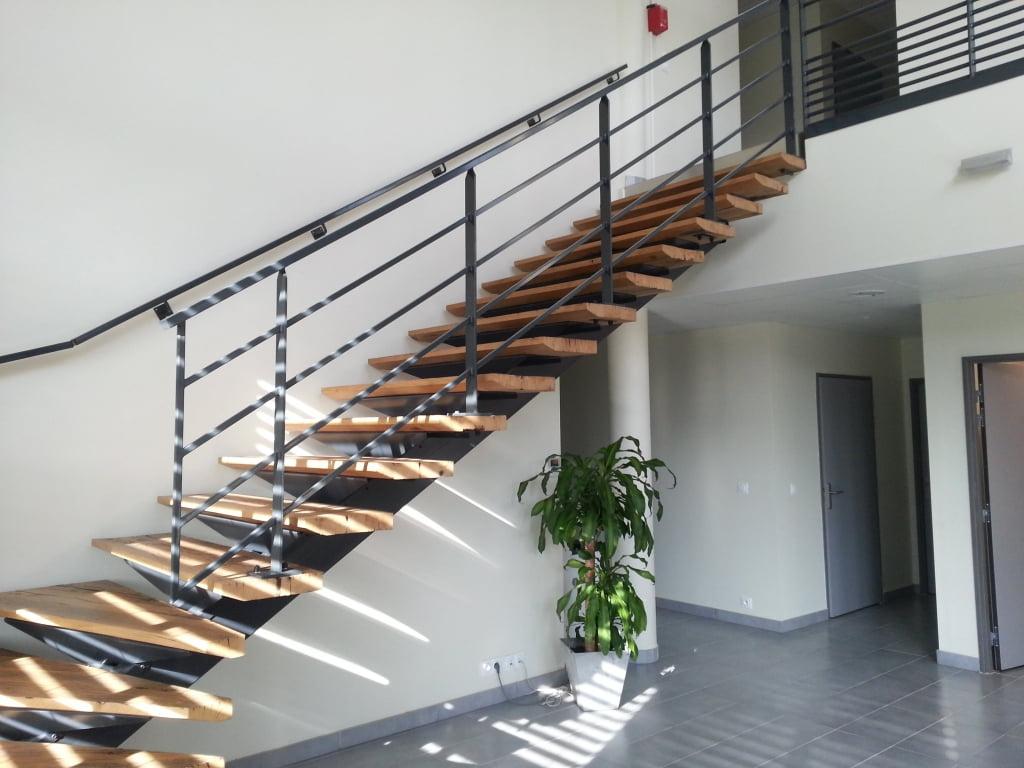 Rampe D Escalier Murale Bois escalier en métal et bois balancé sur mesure - savoirfer